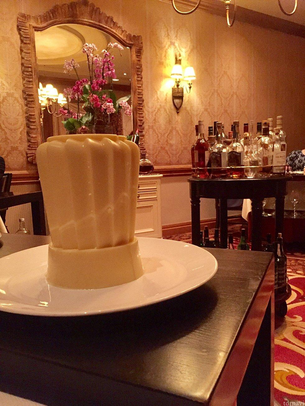 食事中、3種類のブレッドサービスがあり、それぞれ違うバターが用意されます。最初のバターはシェフ帽の形。