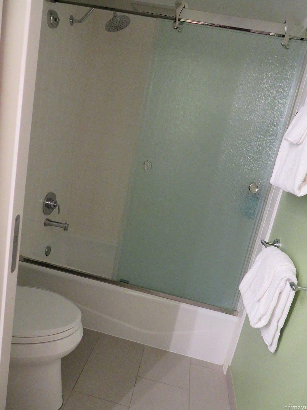 シャワーカーテンがガラスの引き戸になり衛生的