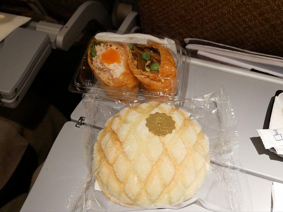 【軽食】おいなりさんorメロンパンでした。両方つまみましたが、美味しかったです。 JALだとペットボトルの水が配られますが、シンガポール航空では配られません。ドリンクをちょこちょこ飲みたい派(私)は持ち込んだ方が良さそうです。