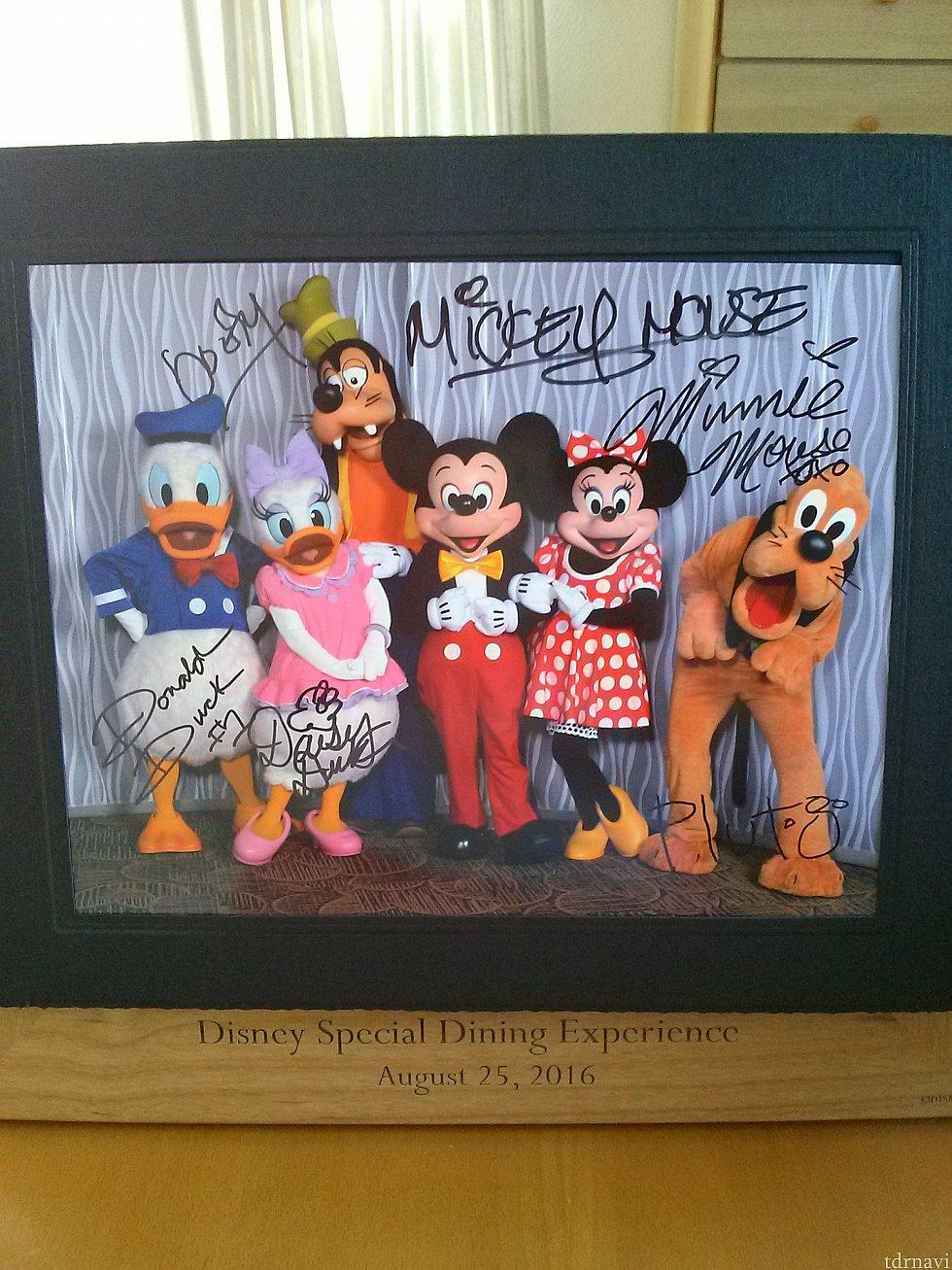 こちらもお土産の台紙付き写真。後日、パークをはしごしてサインを書いてもらいました。
