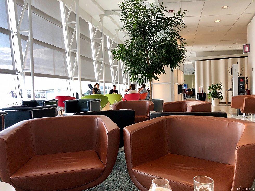 エアカナダ利用で一つ難点なのが、3,4時間と言う乗り換え時間の長さ。今回はこのラウンジで2時間くらい過ごしました。軽食とアルコールが用意されています。落ち着いた良い雰囲気の場所。空港内のショップも結構あります。