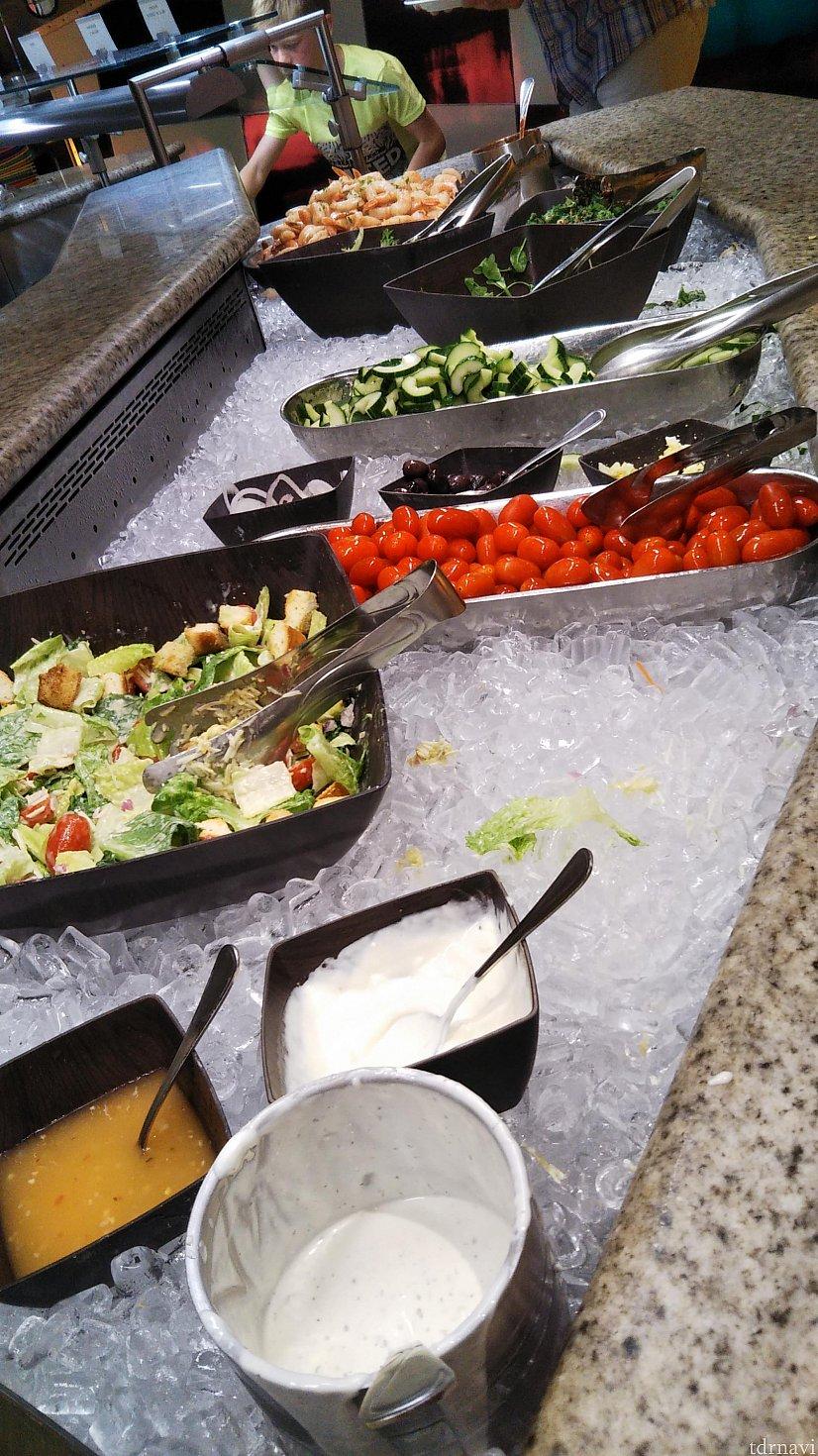 サラダもたくさんありました。野菜不足にはうれしい。
