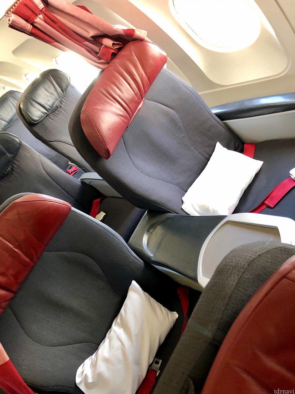 オーランドまでは3時間のフライト。定刻通り出発で、機内はガラガラでした。12席あるうち、ビジネスクラス利用者は2名だけでした。短距離フライト機なので、フルフラットにはなりませんが、快適なシートです。うっすい枕とブランケットが座席に用意されていました。