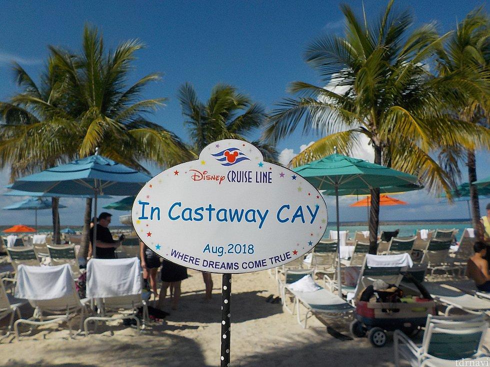 おそらく皆さんが最初に来るのはここ、ファミリービーチでしょう。 ヤシの木がざわざわしていて南国の雰囲気たっぷりです。 日陰のチェア荷物を置いて、遊びに出かけます。
