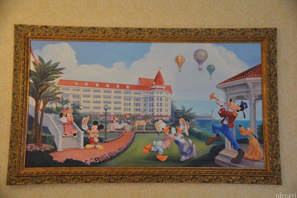 壁に掛かっているお部屋の絵はみんなでホテルのお庭で楽しそうに過ごしている様子💕