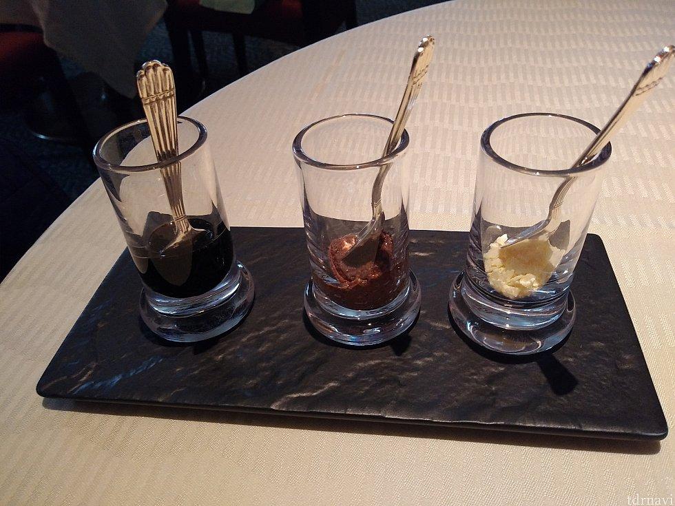 左からバルサミコソース、オリーヴペースト、レモン塩✨ お料理は基本的に自分で味付けでした。 私はオリーヴペーストがちょっと苦手でした😅