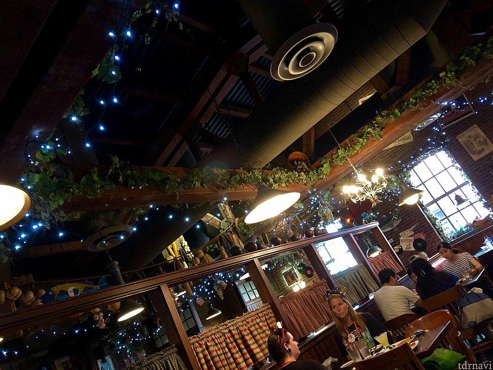 クリスマスっぽいライトも飾ってあります。意外と中は広いレストランです。