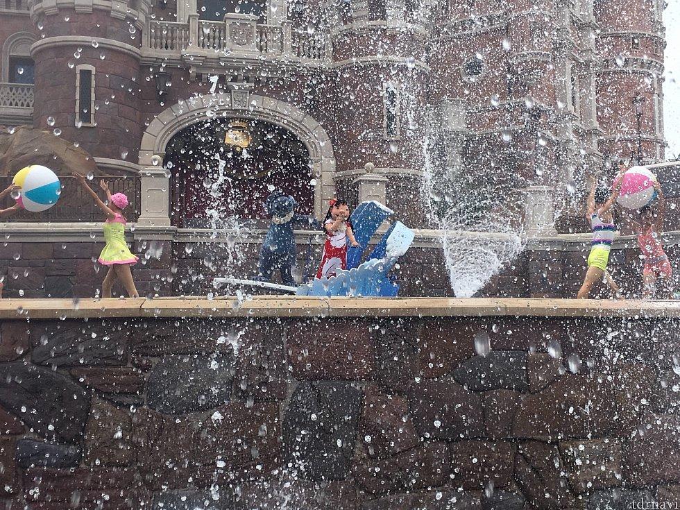 リロ&スティッチのシーンはかなり水が飛びます…!