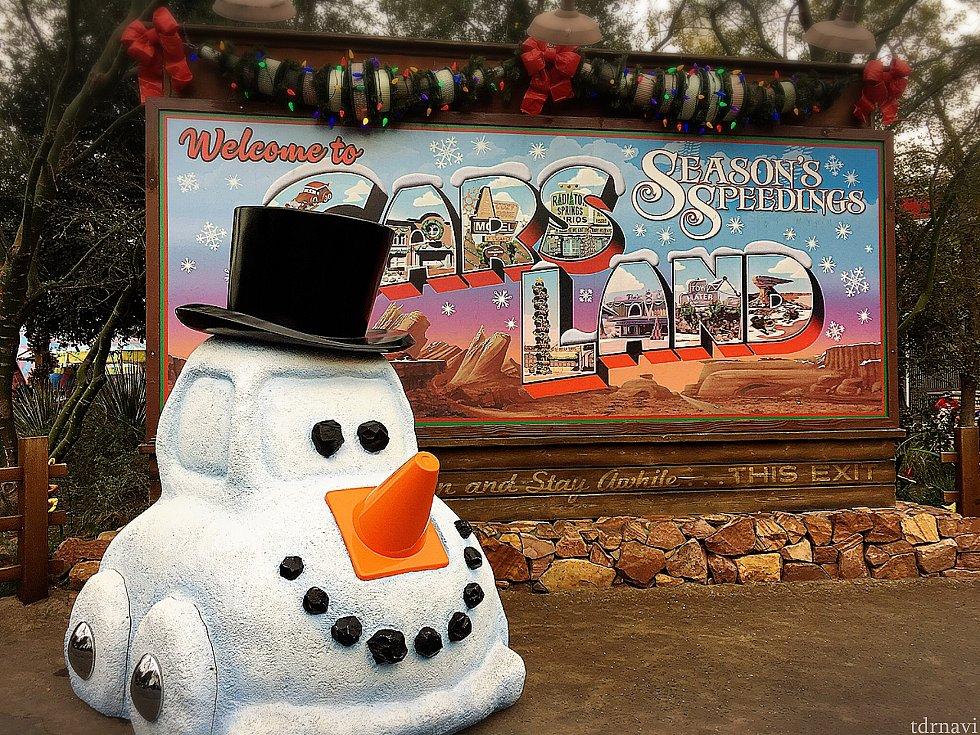 入り口のボードもクリスマス仕様に✨ フォトパスカメラマンが写真を撮ってくれていて、いつ通っても列ができていました!