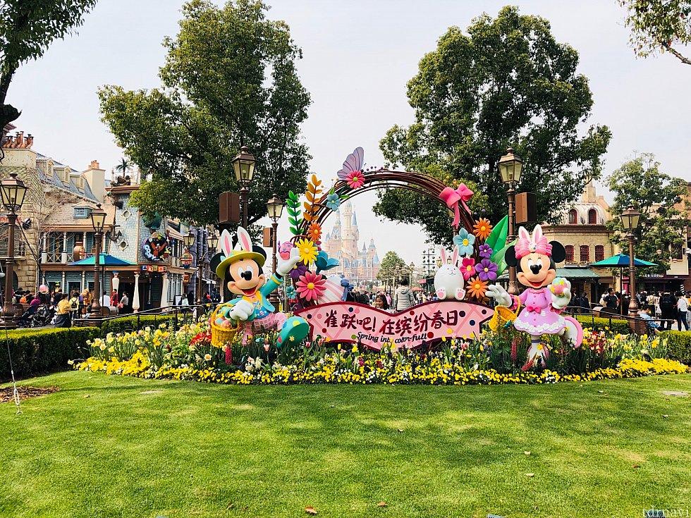 上海ディズニーパーク入り口付近にはショップ店舗左右にあります。