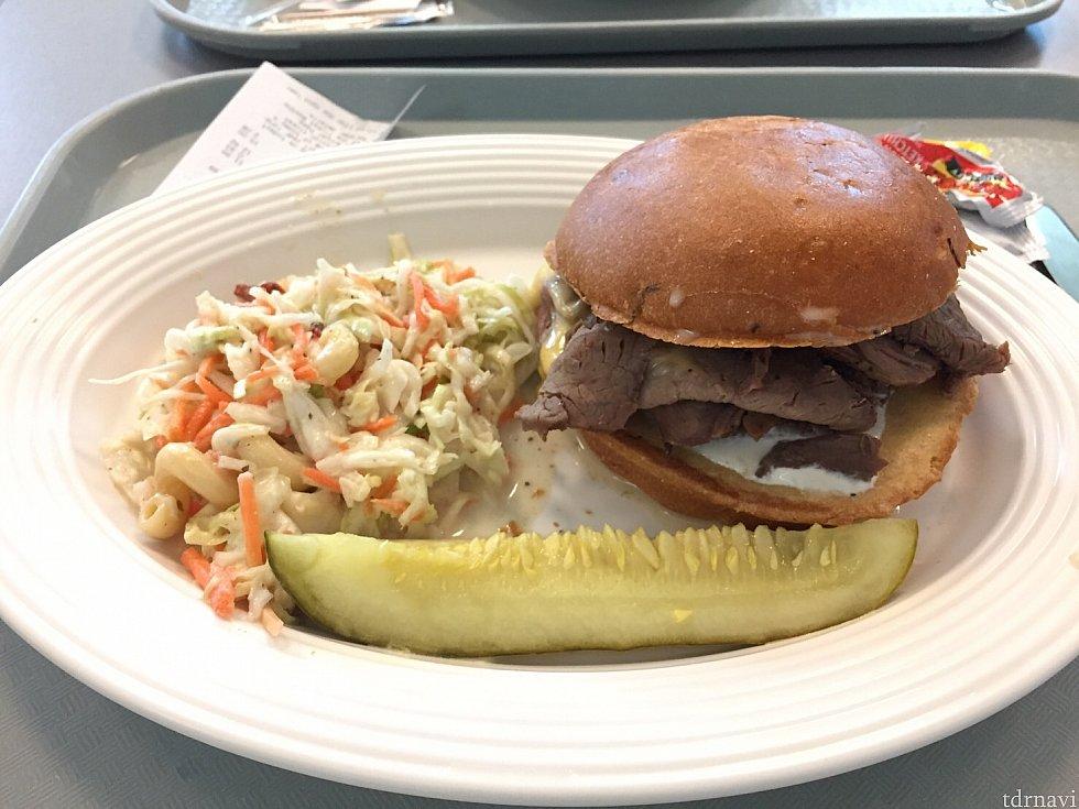 友達が頼んだローストビーフとチーズのハンバーガー。こちらも美味しそうでした!