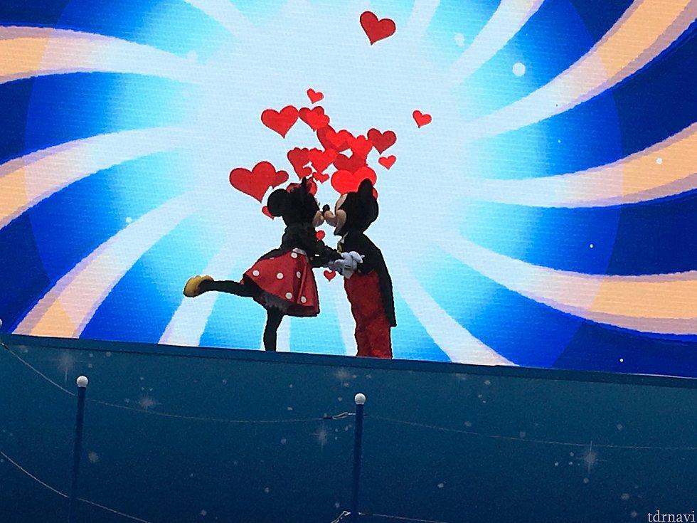 ダンサーさんたちが退場しミッキー&ミニーのみになったらラブラブ!