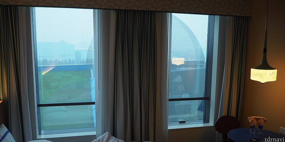 窓は左右に分かれてました。ちょうど雲の柄のところでしたが、特に暗くもなく快適です。窓は開きません。