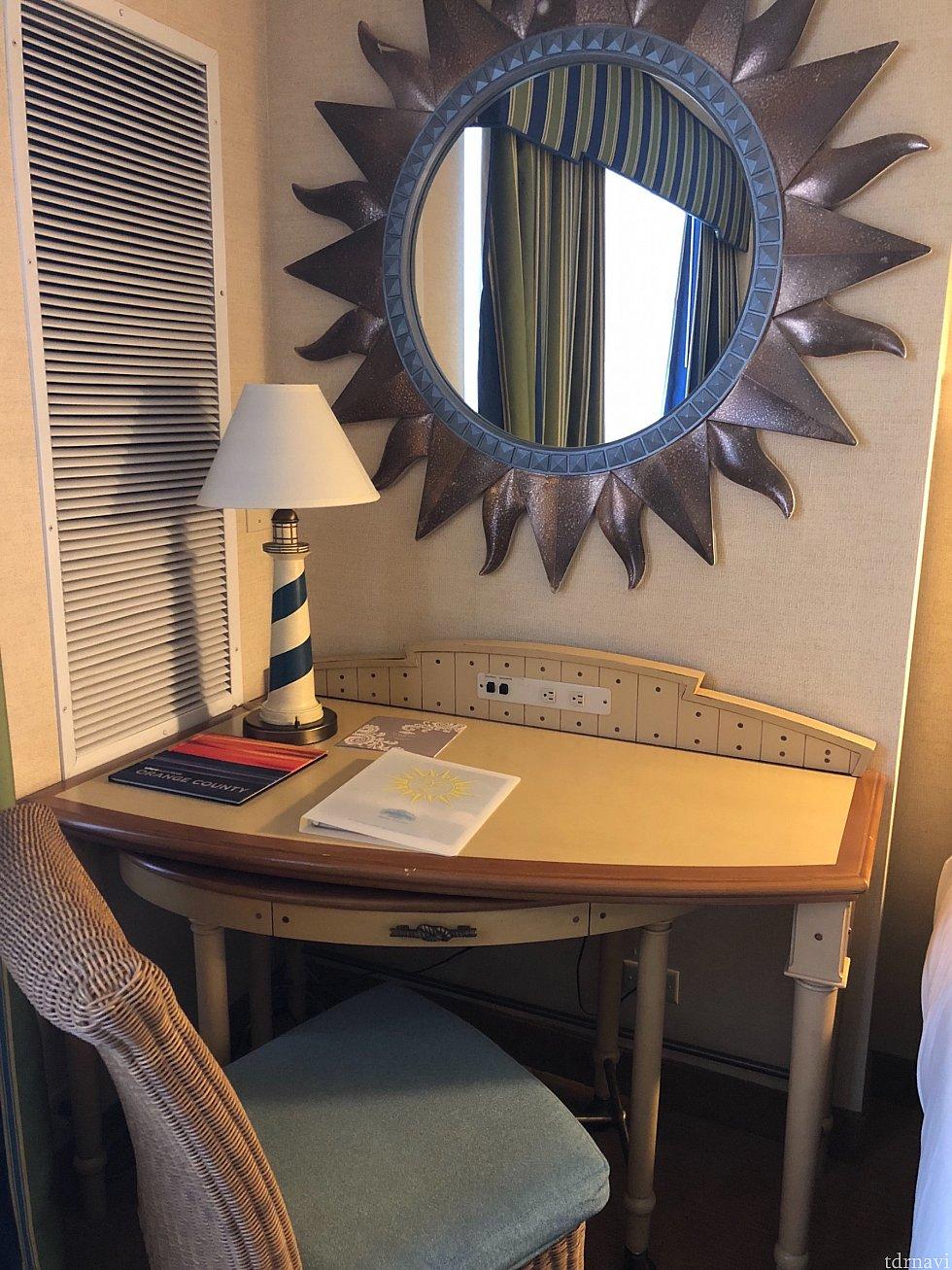 机もかわいい!中の引き出しがあるテーブルは可動式です。