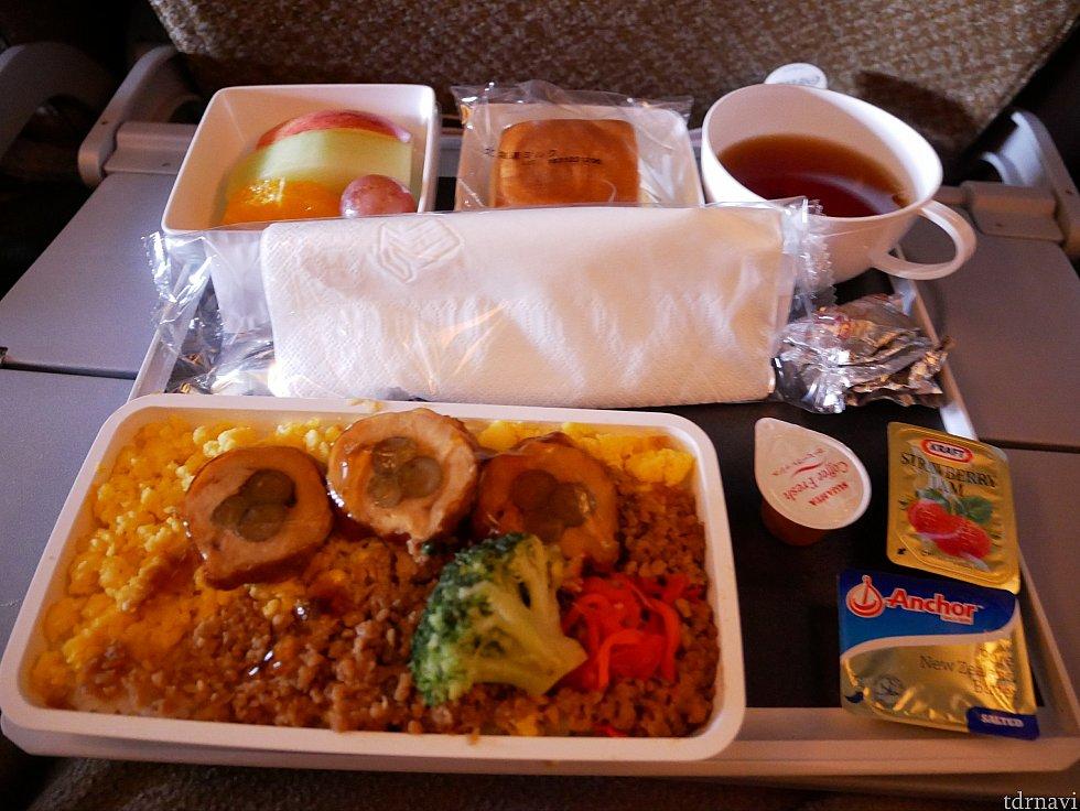 【往路】朝食のグリルチキンのせ丼 行きの便はとっても美味しかったです。