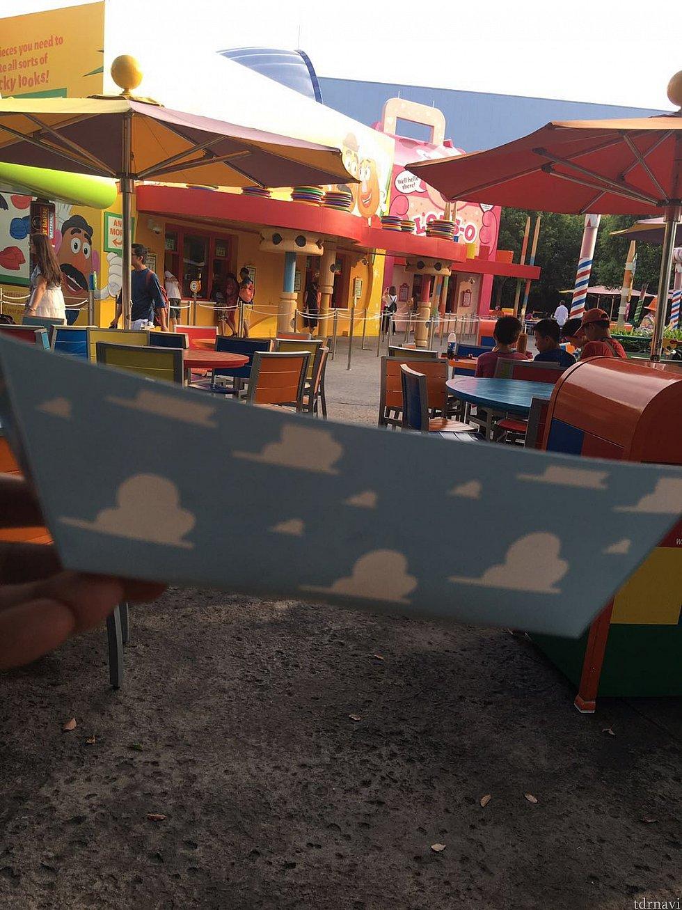 紙でできた器は雲のカラーでした。