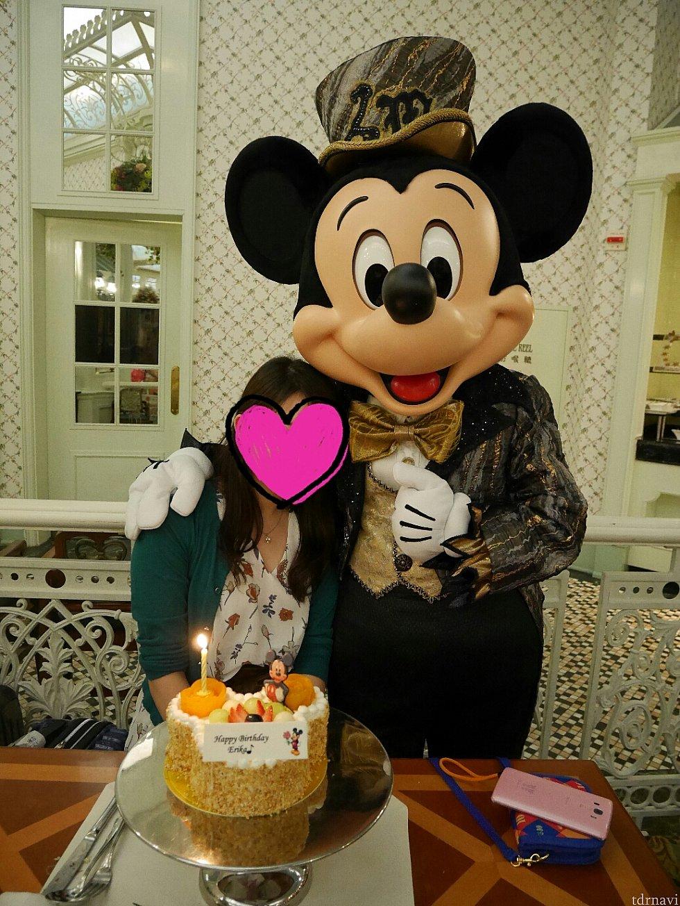 【誕生月特典】 ケーキ無料とエンチャを2人以上利用で1人分無料の特典を使いキャラと誕生日をお祝い😆 ※写真のケーキは+50HKドルでミッキーシェイプに変更してます。