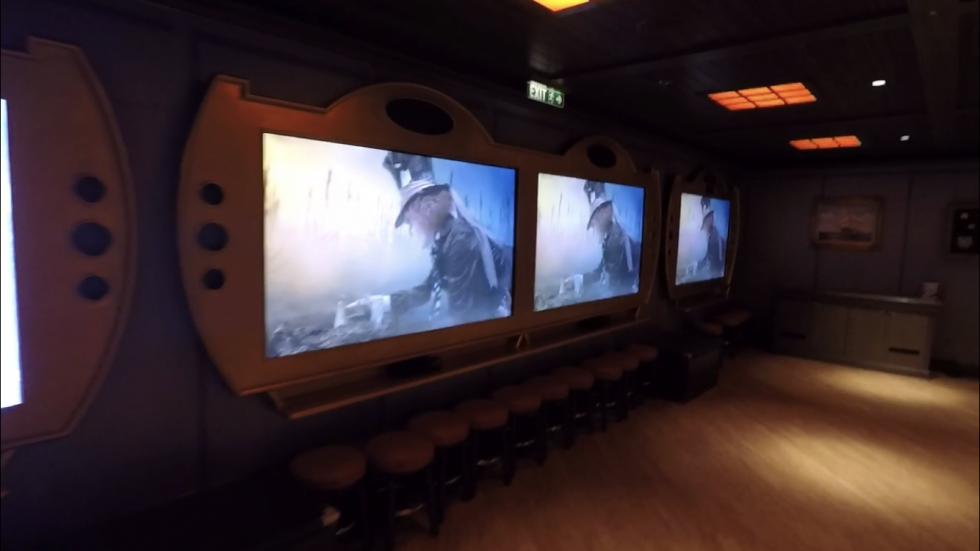 スクリーンで映画を上映してました。