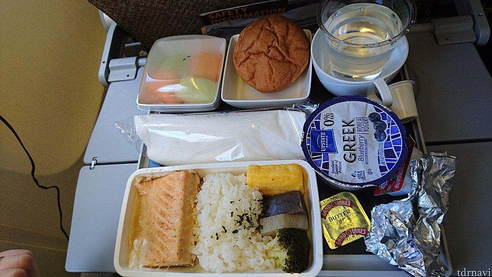 ロサンゼルス→成田 1回目機内食 魚のラディッシュ・ソース蒸し煮