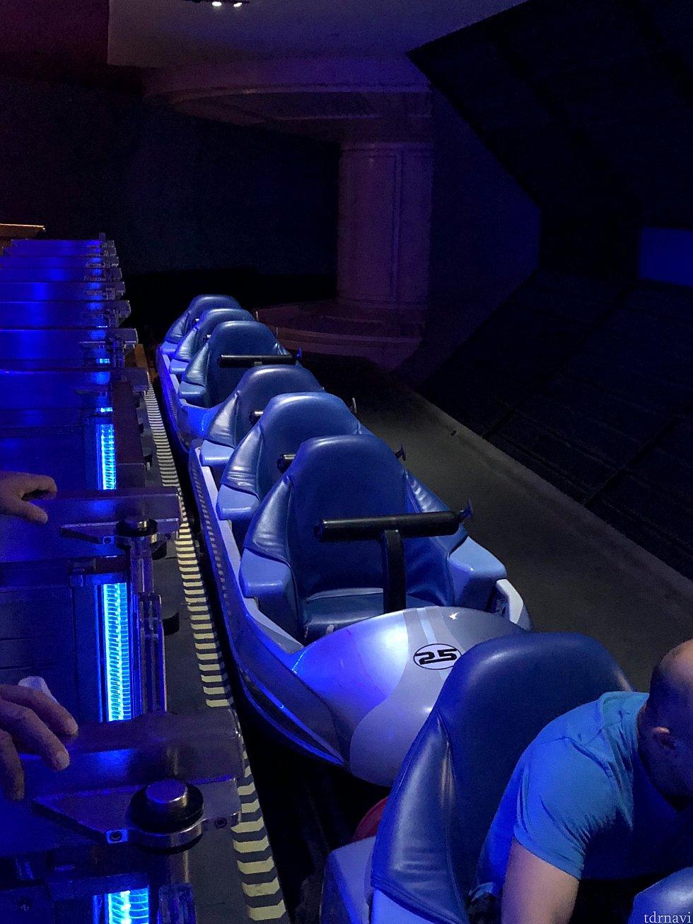 縦6人乗りのライドはココだけ! 席は浅く、T字のバーで固定されるだけなのでかなりコワイですw (というか実際コワイです...振り落とされるんじゃないかってレベルでした笑)