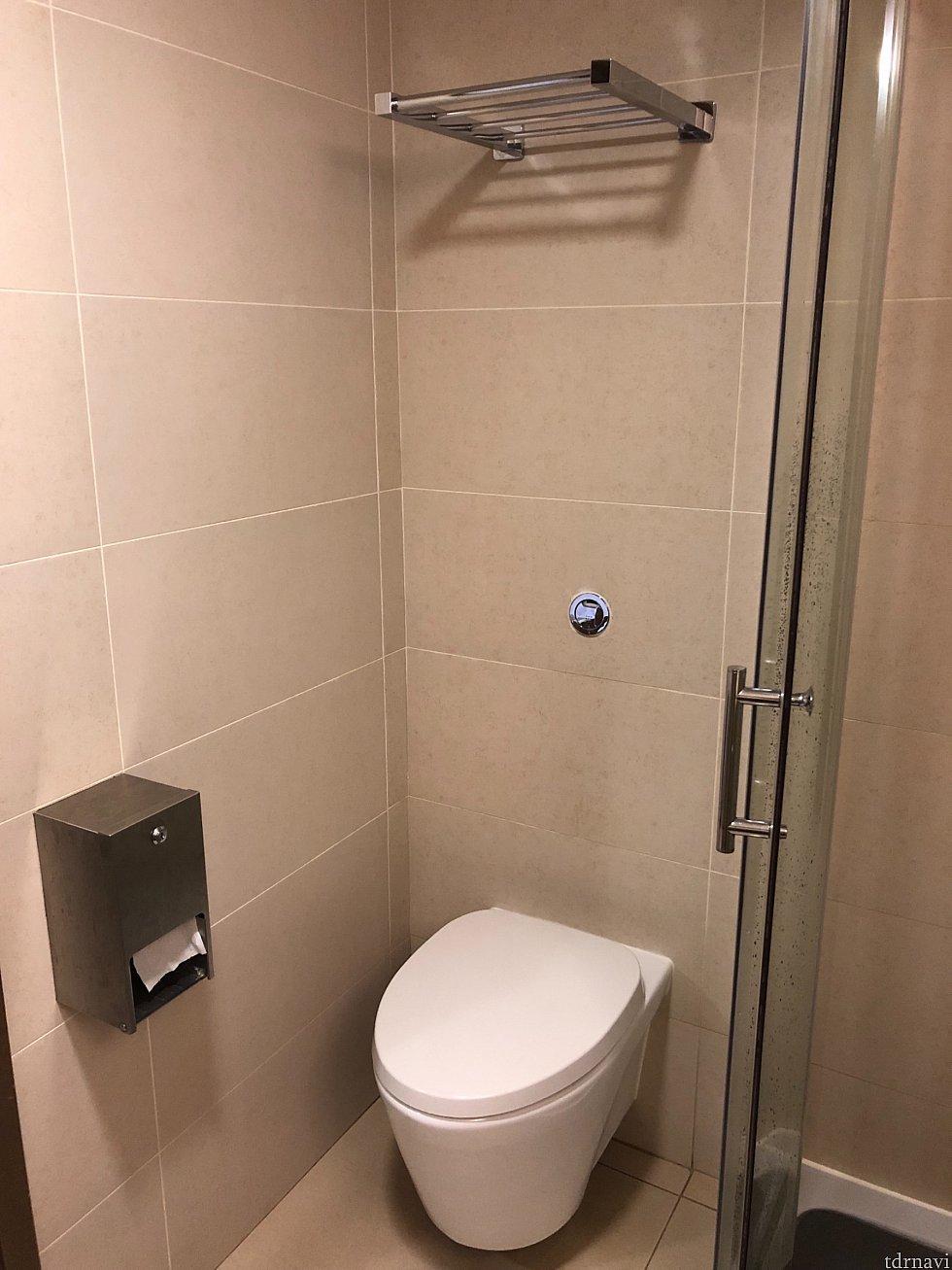 おトイレです。流れに問題はなし。紙を取ろうとしたら芯が詰まって取れなくってて、上に入ってる予備を無理やりひっぱり出してる感じになってました💦 トイレの上の棚にはバスタオルがありました。