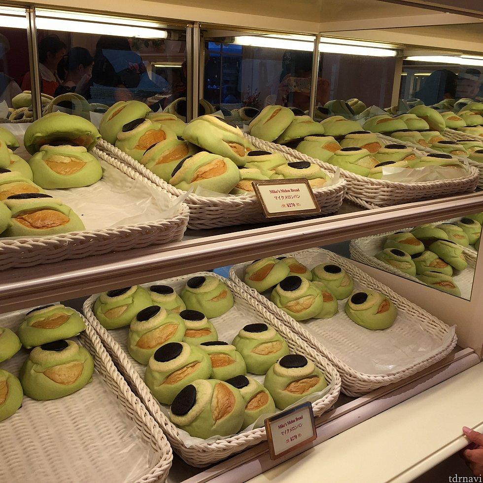 いっぱい並んでいるマイクメロンパン!!ひとつだと可愛いけどいっぱい並ぶと少し不気味な気も。。。