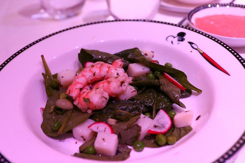 エビの入ったサラダです。エビが肉厚でプリプリしてて美味しいです。やはり魚介類は新鮮でどれも美味しいようでした。