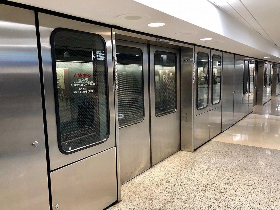 そんな巨大な空港ですから、移動も電車で行います。もちろん無料です。大きな空港で、乗り換え時間が短かったら焦るんだろうな、と考えながら電車を待っていると直ぐに次の電車が。