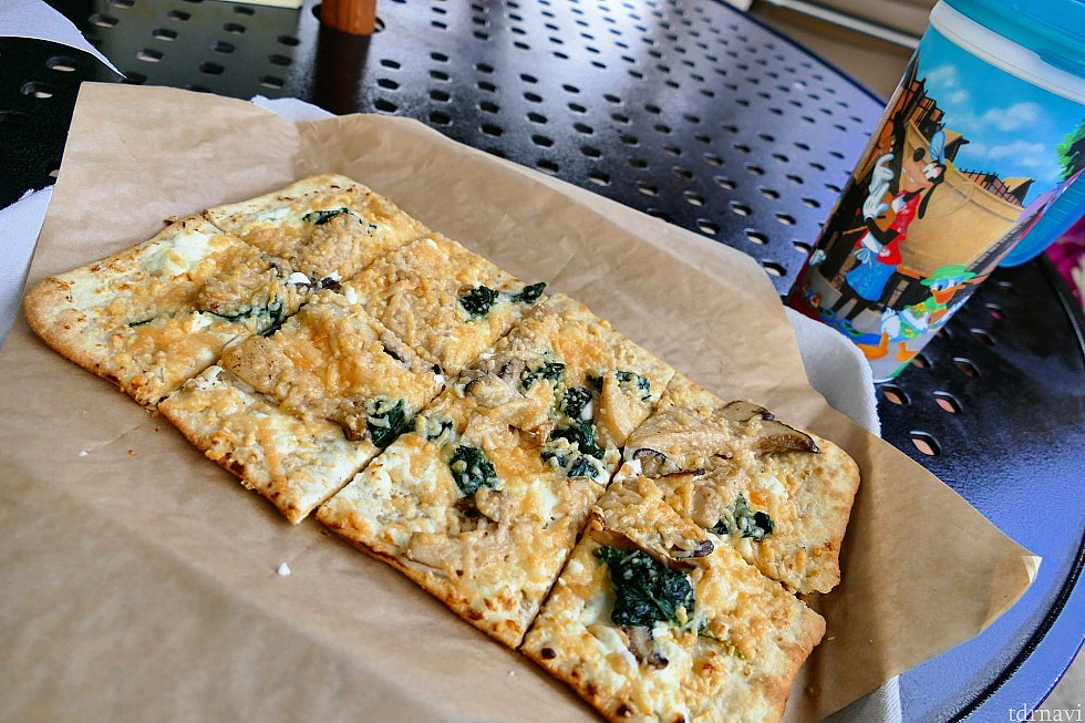 マッシュルームとほうれん草のフラットブレッド♪できたてアツアツで美味しかったです!チーズの味がとても濃厚でした!