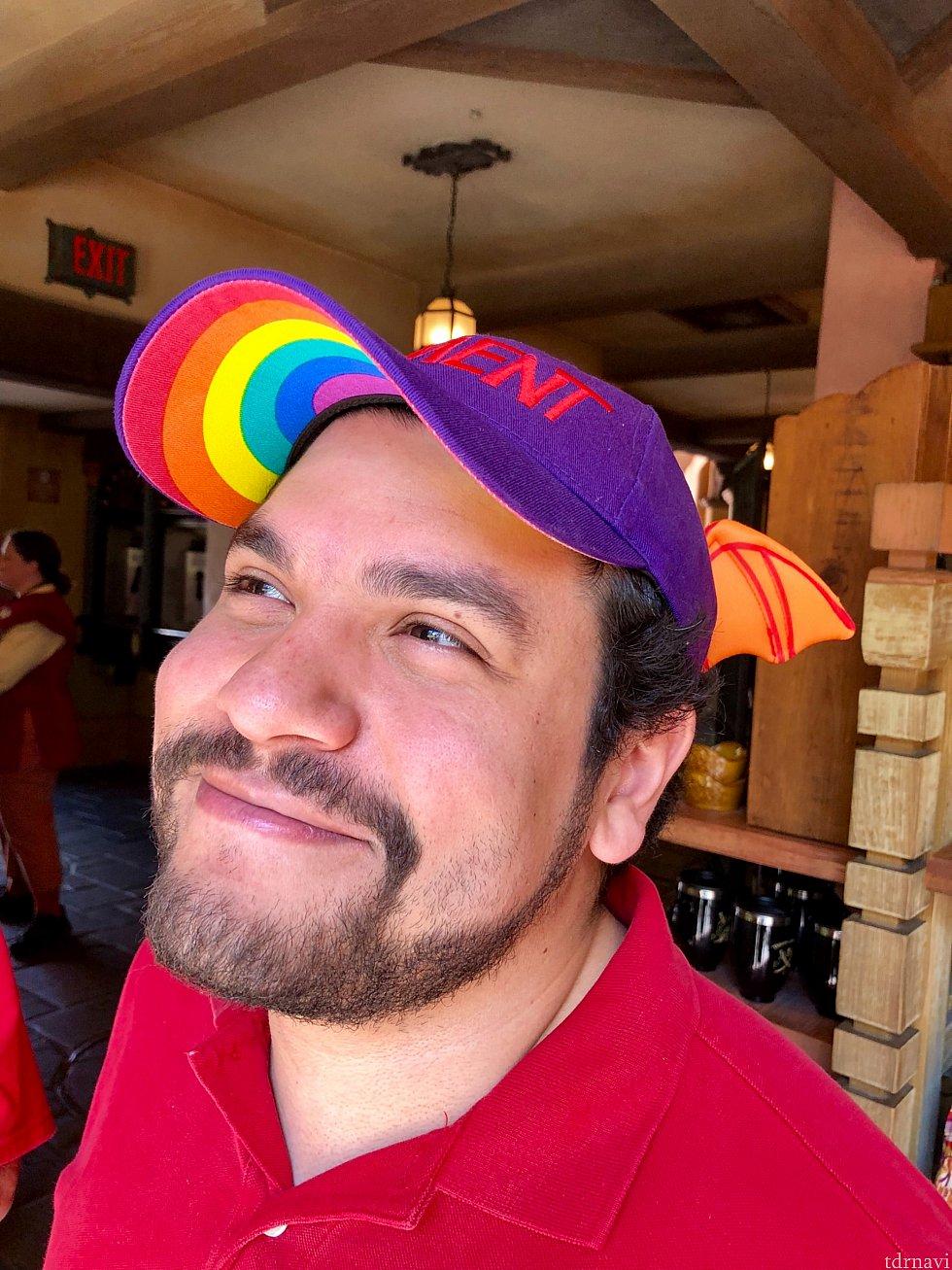 僕の友達の一人が顔出しokと言う事で、出演してもらいました。彼の帽子、なんとフィグメントのキャップで、ツバの下部分がレインボー!これ付けてる人は殆どいませんでした。さすがディズっ子の彼だけあって目の付け所が違います。