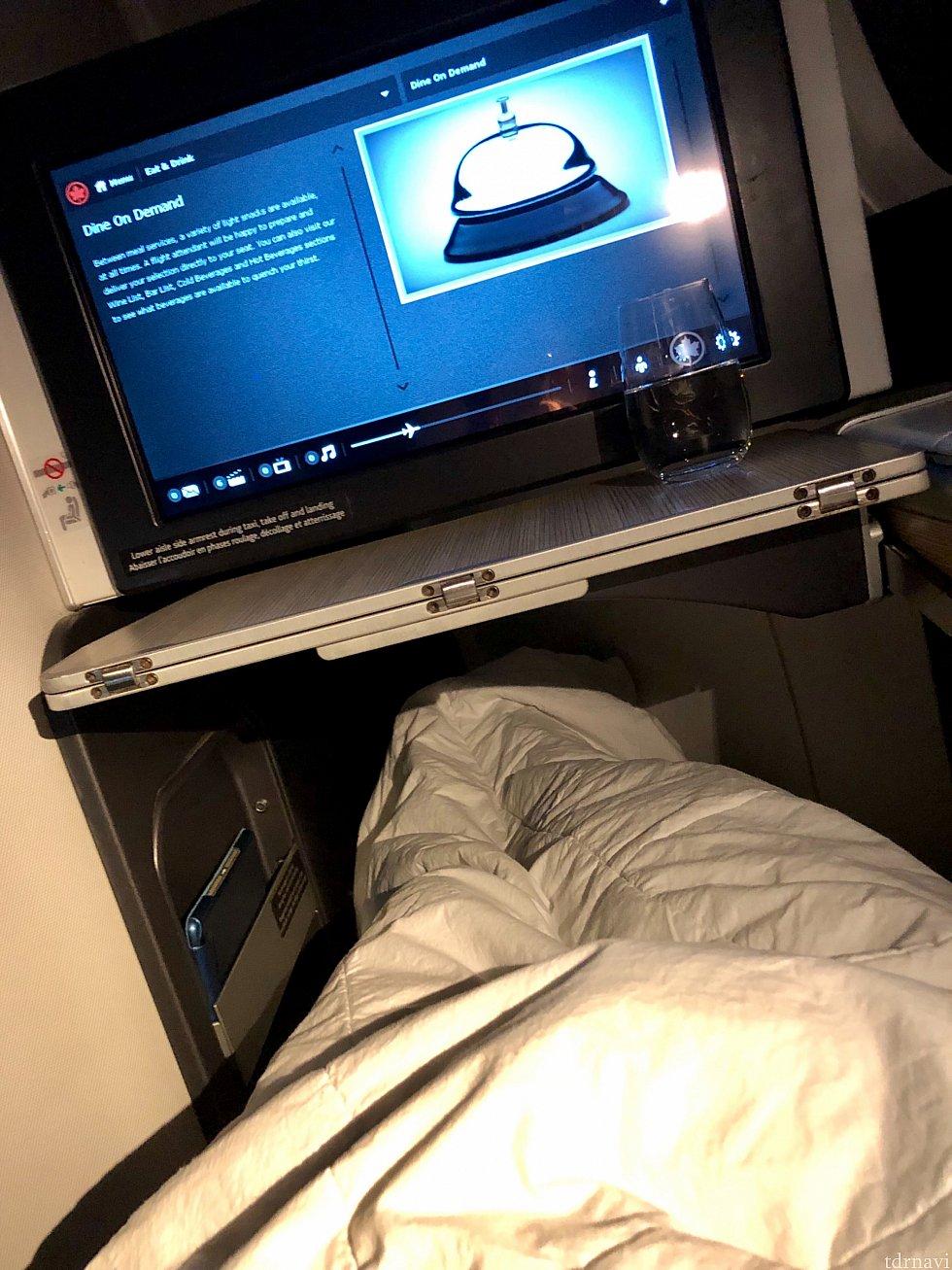 フルフラット状態で足を延ばすとこんな感じです。寝返りもうてるような広さでした。モニターの下にあるテーブルは折り畳み式で、大きくでき、また手元に引き寄せることが出来る便利な物でした。本当に快適で、普段飛行機では寝れない僕もきちんと寝られました。