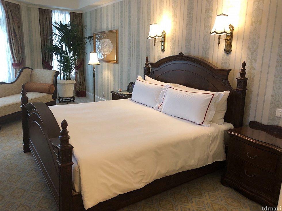 2つめのクローゼットに向かって、右側がベッドルーム。キングサイズのベッドが1台入ってます。ベッドの向かいにはタンスとTVがあります。