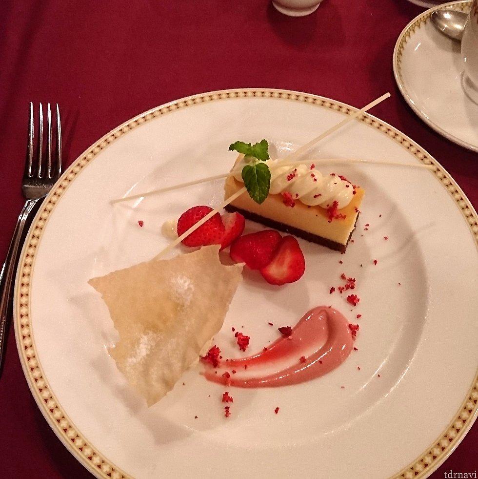 デザートはチーズケーキ。 コーヒーは普通の味。ランドのブルーバイユーのコーヒーの方が好みでした。