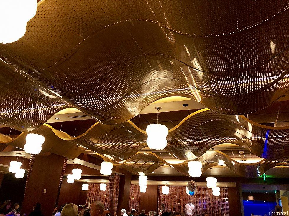 ウェーブの名の通りレストランの様々な所に波型のモティーフが。