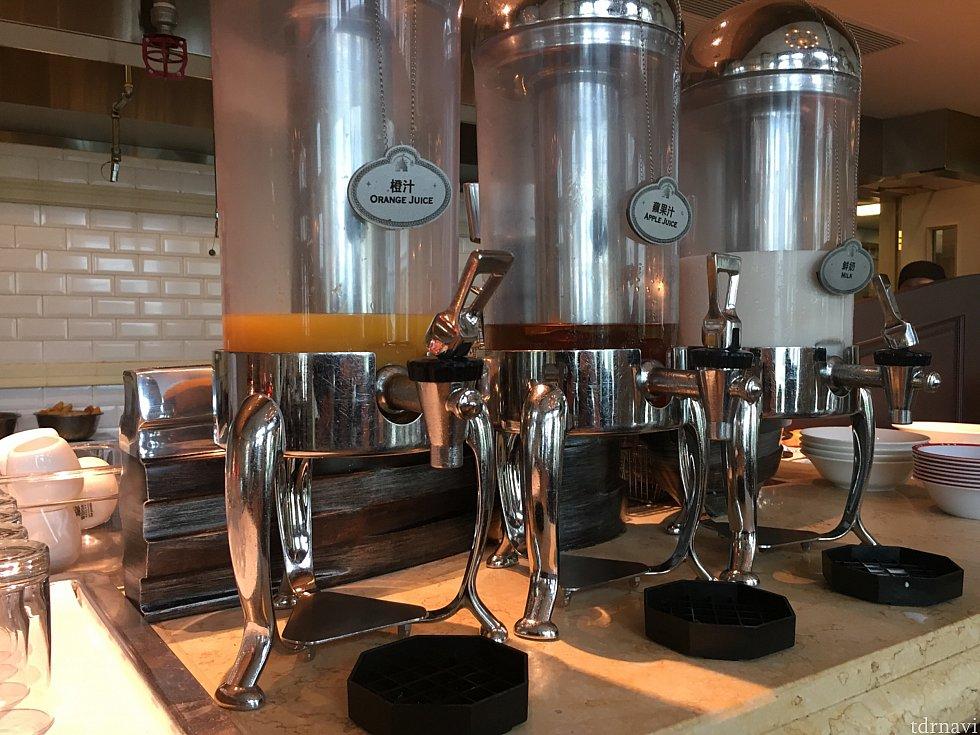 オレンジジュース、りんごジュース、ミルクをセルフで頂けます✨