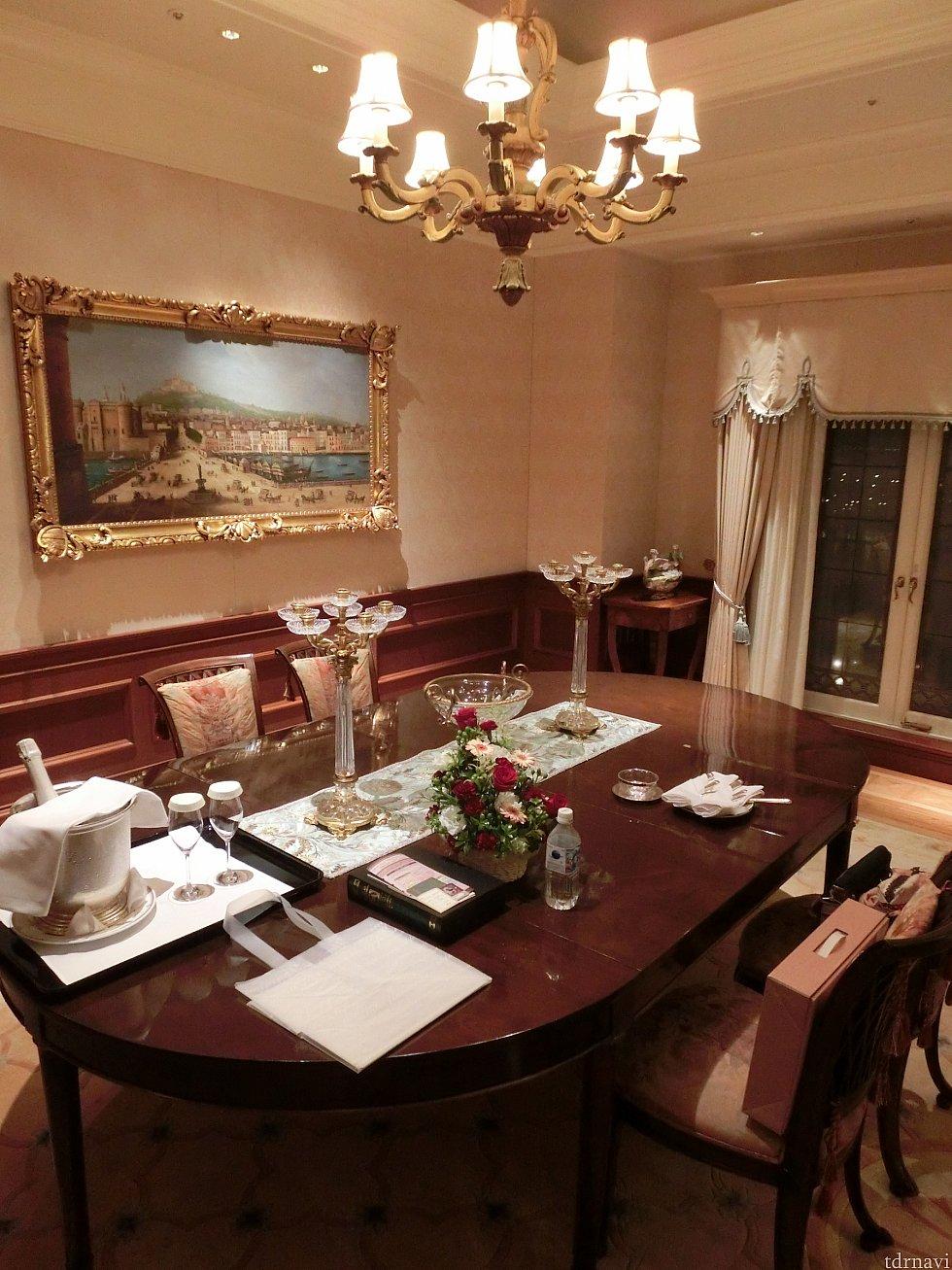 夜のダイニングテーブル。2人部屋なのに椅子が多い!