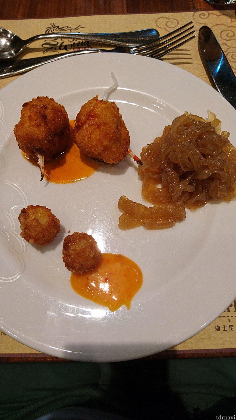 それぞれ、蟹のすり身をボール状にして揚げたもの、中華クラゲ、チーズを揚げたものです😁