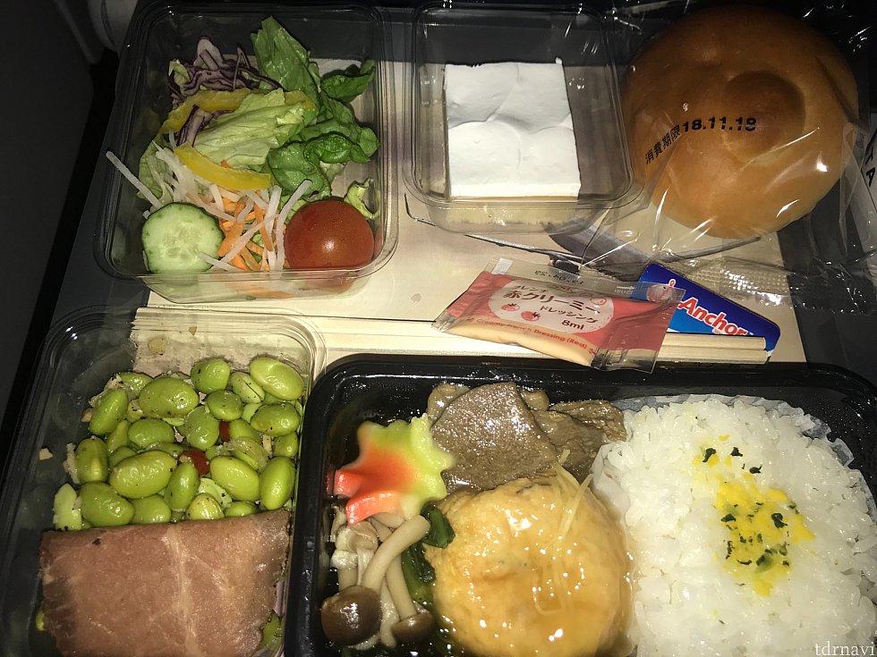 行きで頂いた機内食! がんもどきの和食でした。