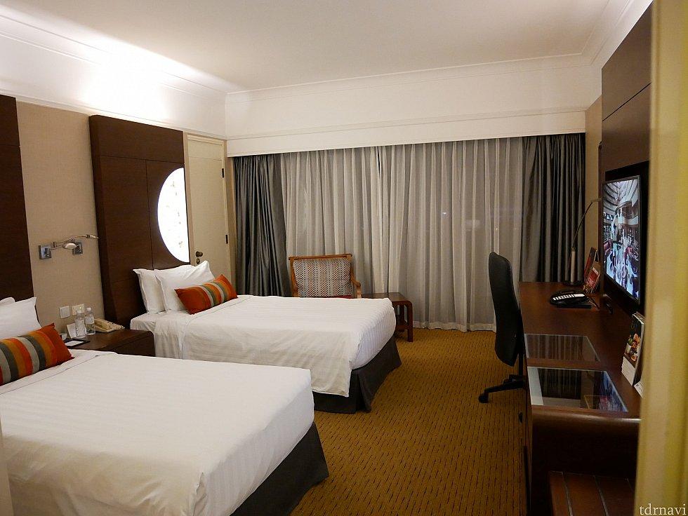 お部屋に到着‼シングルベッド2台のお部屋です。 枕元に無料の水が2本ありました。
