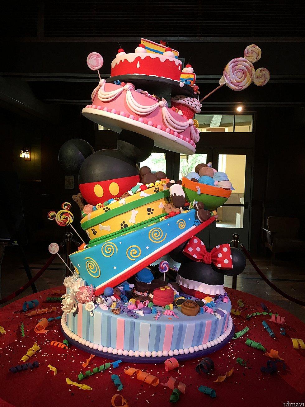 [GRAND CALIFORNIAN HOTEL & SPA]のロビーにあるBIRTHDAY CAKE