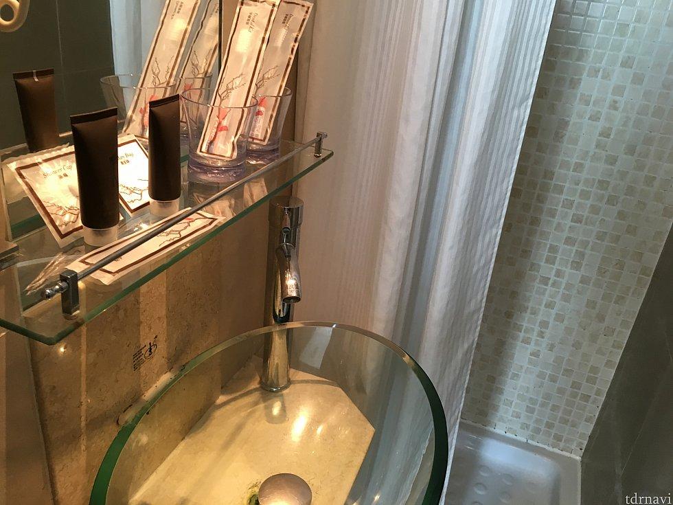 洗面台と奥がシャワー。結構狭目です