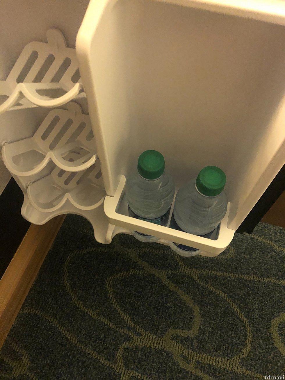 冷蔵庫の中にペットボトルの水2本スワン