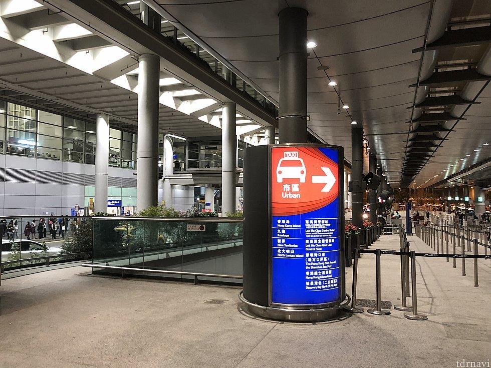 タクシー乗り場の左脇から実はホテルに行くことができます! ターミナル2との行き来に便利ですよ!