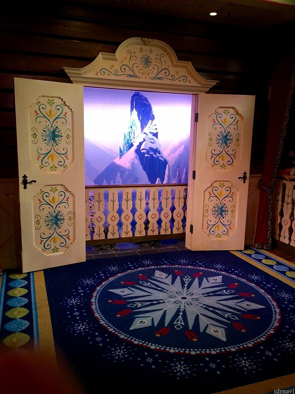 エルサの絨毯は氷の結晶のモチーフ