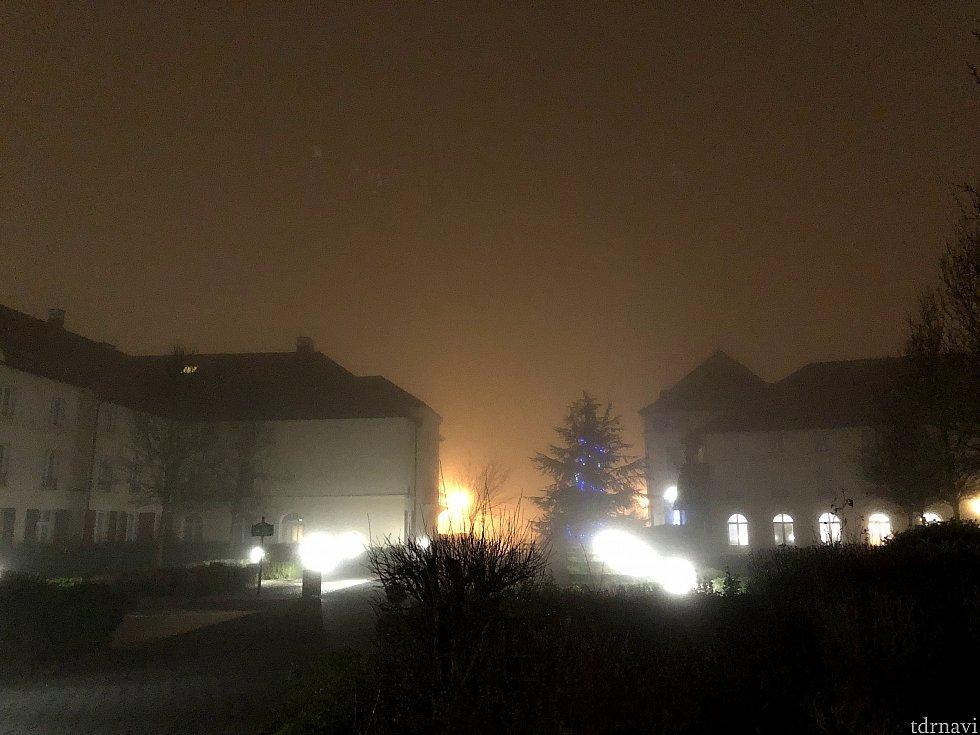 朝7:30ころのレストラン側からとったエントランス方面の写真。 まだ真っ暗で霧が出てるため何も見えません^^; ちなみに、右手側にはちょっとした動物園的なものがありました。 (前回は気が付かなかったです^^;)