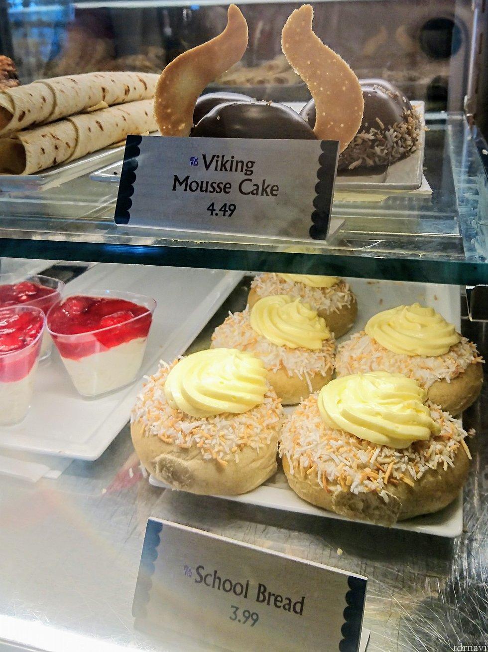 【上】お馴染みバイキングのムースケーキ 【右下】カスタードクリームとココナッツの国民的人気ペストリー「スコーレブロー」 【左下】ライスプディング