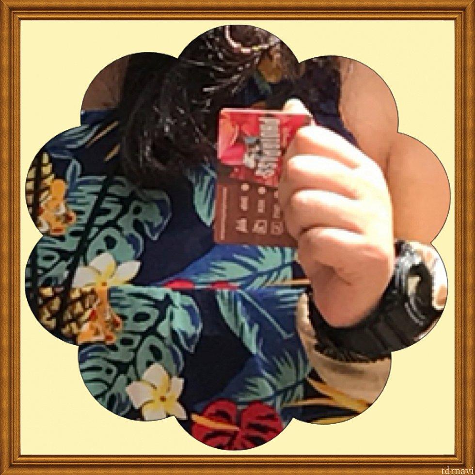 貰ったフォトパスカードです。カ・ヴァア:ルアウ・アット・アウラニで撮ってもらうフォトパスのカードは、えりさんが持っていたアウラニロゴ入りの紺色カードでした。