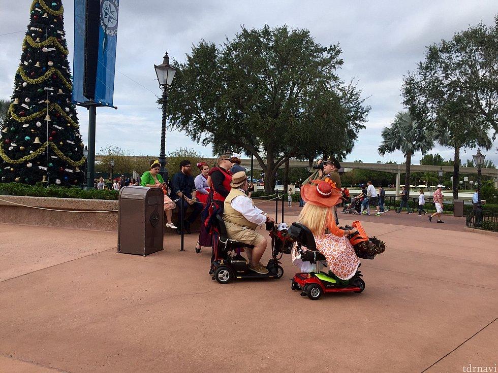電動車椅子に乗っている人もDapperしています。彼女が着ているのは、Dress Shopで見かけたオレンジバードのドレスですね!