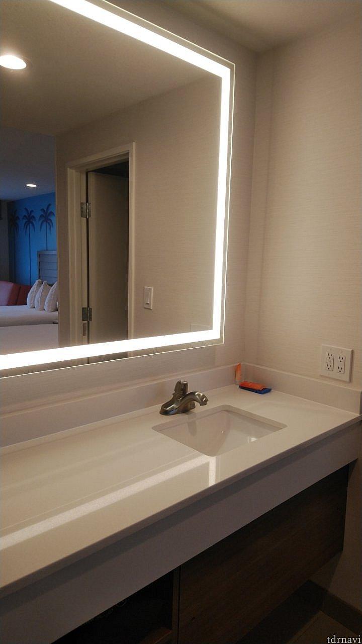 洗面台は、サイドが広いので洗面道具が楽々置けます。