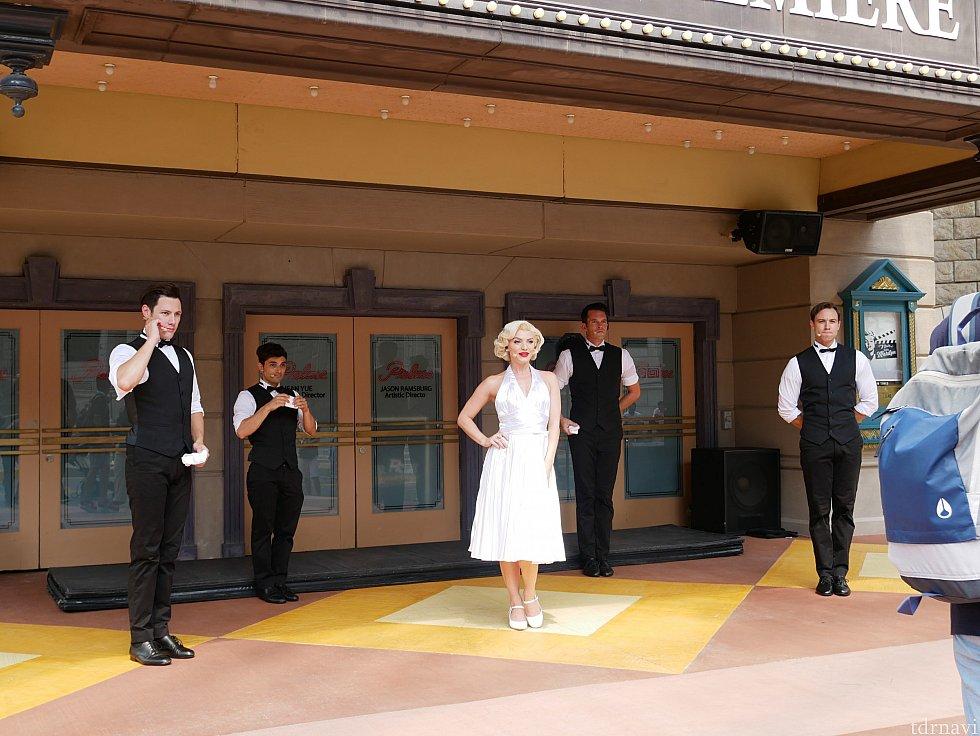 【ショー】マリリンの横に立って写真を撮ることができます。男性ダンサー遠すぎ(笑)